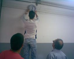 Questo è il nostro Diaboliko Velonà mentre appende l'orologio al muro....