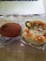 一人暮らし1日目の昼食はカレーパンとピザパン。