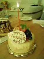家の息子のお誕生日ケーキにろうそく1本を灯すの巻。