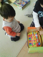 子どもたち大喜びのお誕生日会恒例プレゼントタイムの巻。