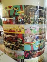 六本木ヒルズのiGoogleアートカフェ店内の装飾された柱。
