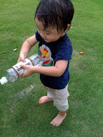 着替えを持ってきたので思いっきり水遊びをする子供。