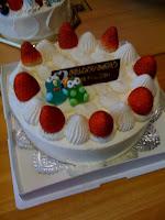 息子のお誕生日ケーキには不思議な人形。
