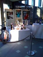 写真以外にもゴルフ用品、トロフィーやカップなども展示されていた。