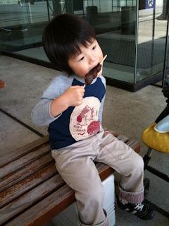 上野公園でチョコバナナを食べる息子