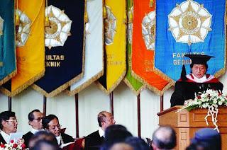 Dianugerahi UGM Doktor Honoris Causa