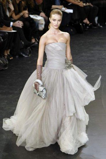 Peinados: Fotos de originales vestidos de novia de modistos famosos ...