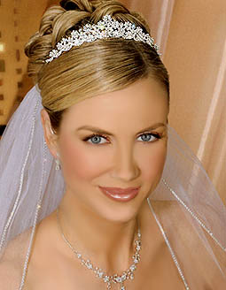 Esta tiara de plata está compuesta de racimos florales en forma de diamantes de imitación de cristal Swarovski.