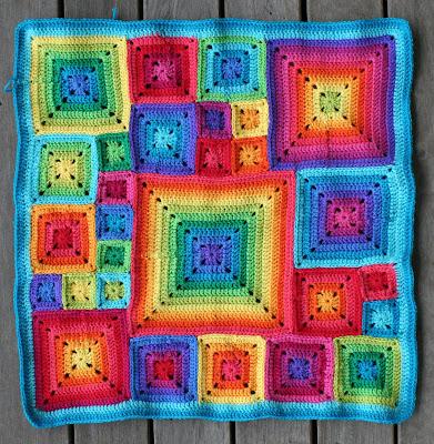 Вяжем крючком красочную подушку