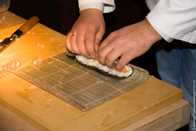 Якитория. Приготовления ролла с лососем