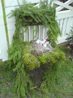 Pynt en stol ved inngangsdøren med granbar!