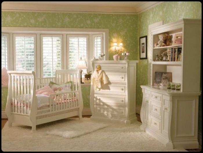 : decoração verde pastel em quarto de bebé, com mobiliário branco