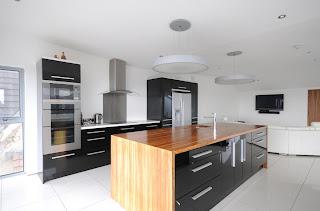 Dise o y decoraci n de cocinas encimeras por encima de - Cocina encimera negra ...