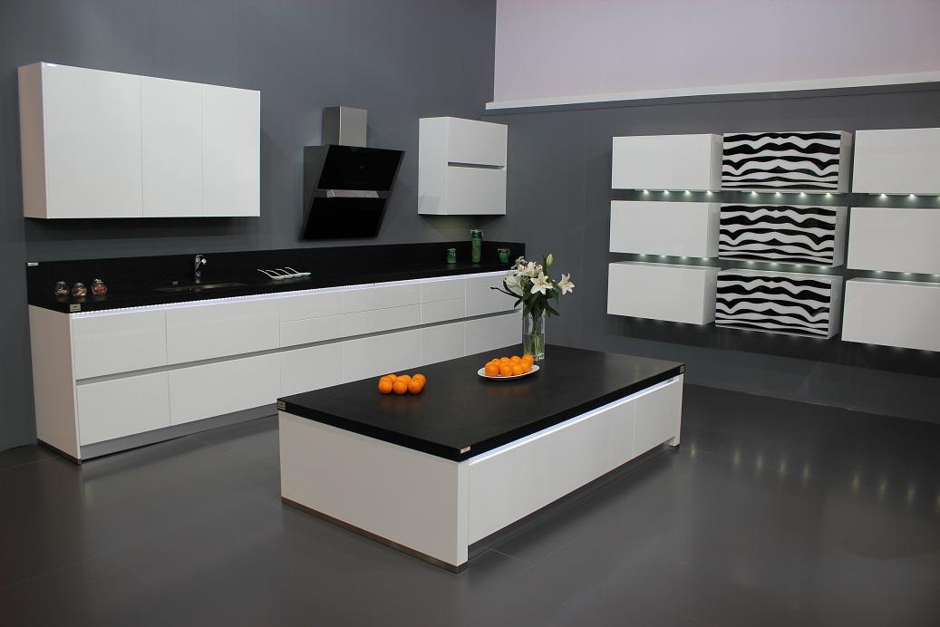 Dise o y decoraci n de cocinas octubre 2010 - Cocina blanca encimera negra ...
