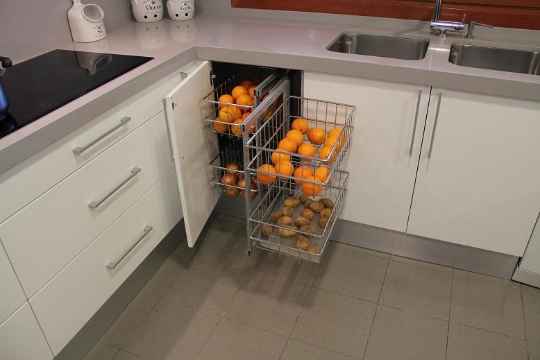 El interior de los muebles de cocina los mejores herrajes - Cestas extraibles para armarios ...
