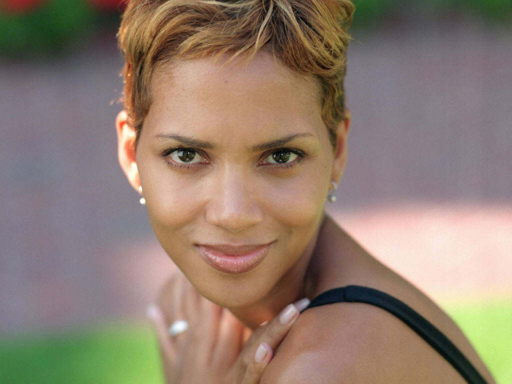 Kingi Knox Presents The GREATEST Fan HALLE BERRY Gets