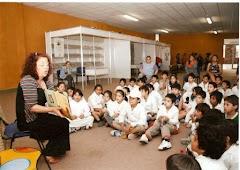 Silvia Paglietta trabajando con los niños en la Feria del Libro