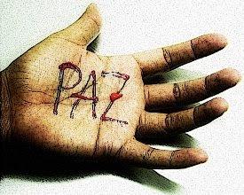 Imagem Mão pintada com a palavra PAZ
