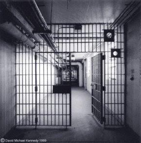 Foto Corredor de prisão com porta aberta
