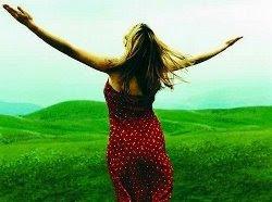 Foto Mulher alegre no campo