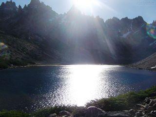 Montanha sob o nascer do sol