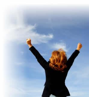 FOTO: Mulher erguendo os braços aos céus
