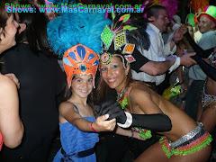 Fernanda y una invitada con glamour.