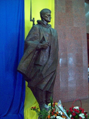 Скульптура воина перед входом в музей ВОВ