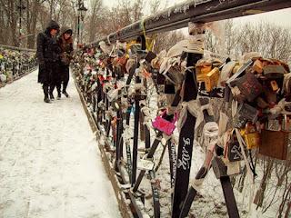 Замки на перилах Паркового мостика