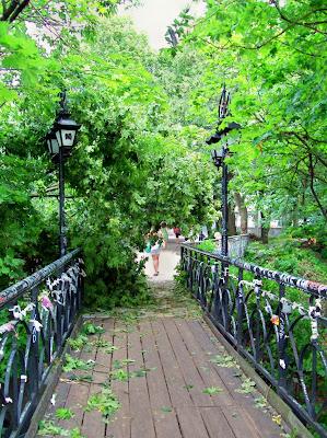 парковый мостик после урагана