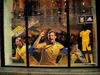 Витрина спортивного магазина на Крещатике