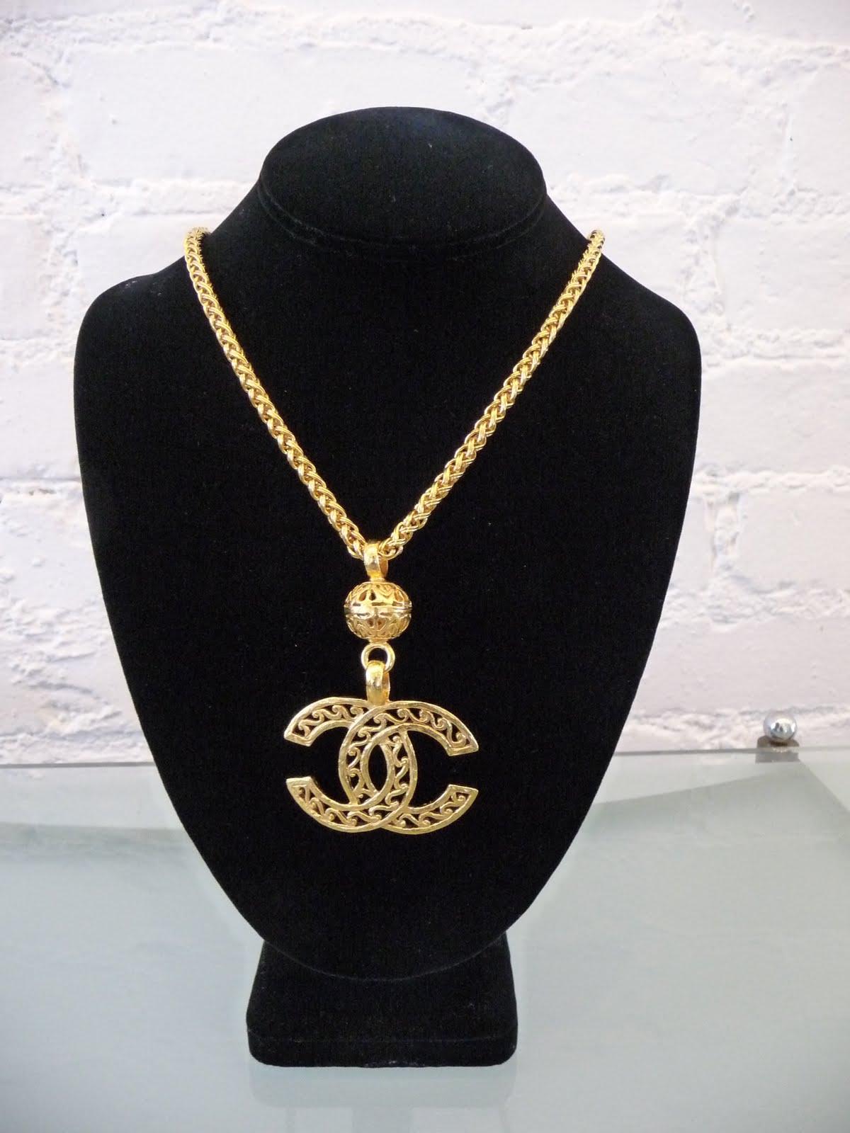 http://4.bp.blogspot.com/_9g1xXeNqBDQ/TL_LX54vh_I/AAAAAAAAUmg/0kaFCWKc7oE/s1600/Chanel_GoldCCLogoPendant_c.80s_KBA10_$1400.JPG