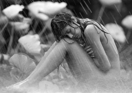 Cajón de sastre - Página 5 Mujer_desnuda_bajo_la_lluvia