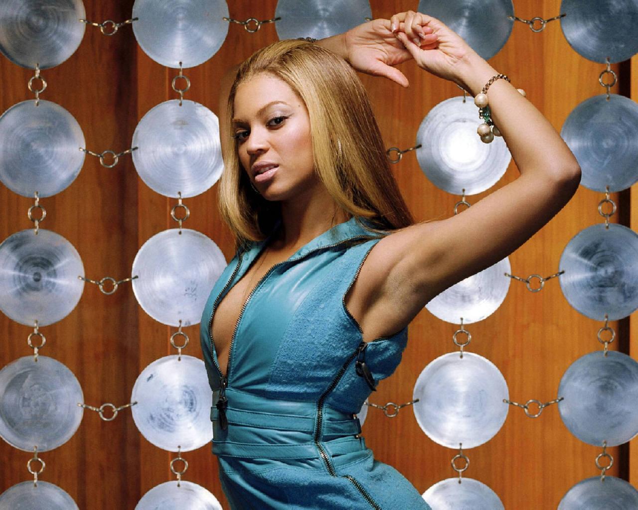 http://4.bp.blogspot.com/_9lSwJ-jeXxQ/TIwmJUTIo1I/AAAAAAAABPE/hS_SvWGuXbc/s1600/Beyonce-Blue-Dress.jpg