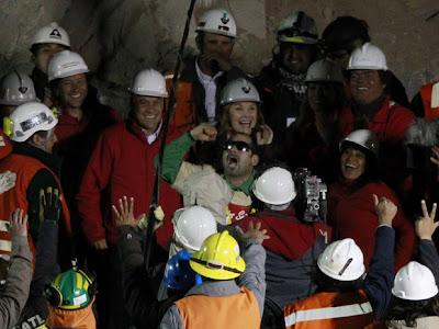 """Chile (e o mundo) comemora """"milagre"""" em resgate de mineiros."""