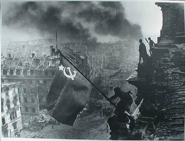 Fotografías para la historia (6): La bandera soviética sobre el Reichstag