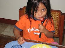 SheenA eatiNg hOtdOg...mmm yum!