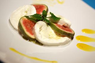 füge-caprese sáfrányos csokimártással és vaníliás olivaolajjal