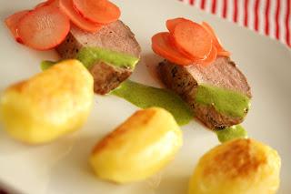 rózsaszín borjúfilé borjú bélszín reteklevél mártás retek savanyúság főtt sült krumpli burgonya