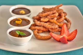 churros tészta forró csokimártás csokoládé keserű csoki eper földieper szamóca ánizsos csoki ánizs rumos csoki rum