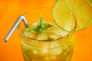 mojito koktél cocktail nyár frissítő barna cukor menta borsmenta fehér rum zöldcitrom lime