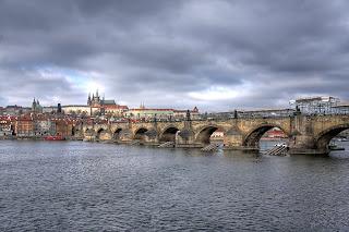 Károly híd Szent Vitus székesegyház templom hdr Prága Csehország