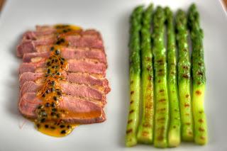 rózsaszín sült kacsamell pikáns marakuja passiógyümölcs maracuja mártás grill zöld spárga zöldspárga gyömbér thai citromfű chili