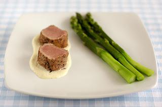alacsony hőmérséklet sült sertésszűz sertésfilé sertéshús fehér spárga mártás spárgamártás főtt zöld spárga