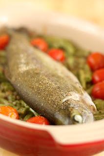 csőben sült pisztráng hal zöldbab bab húsos füstölt szalonna koktélparadicsom paradicsom