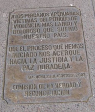 Placa recordatoria de la CVR en la Plaza de Armas de Huamanga