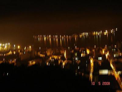 Foto ficou tremida pois foi tirada sem auxílio de tripé - Vista noturna do Centro de Santos