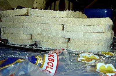 Montagem da torta fria com os pães ainda sem os patês.