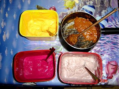 Alguns dos patês usados para a cobertura e recheio: cenoura, tomate (na panela), beterraba e azeitonas pretas