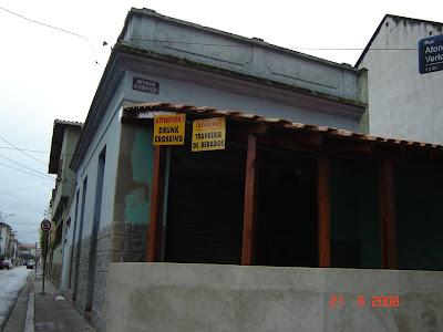 Placas em bar na avenida Epitácio Pessoa, advertindo os motoristas: Cuidado, Travessia de Bêbados